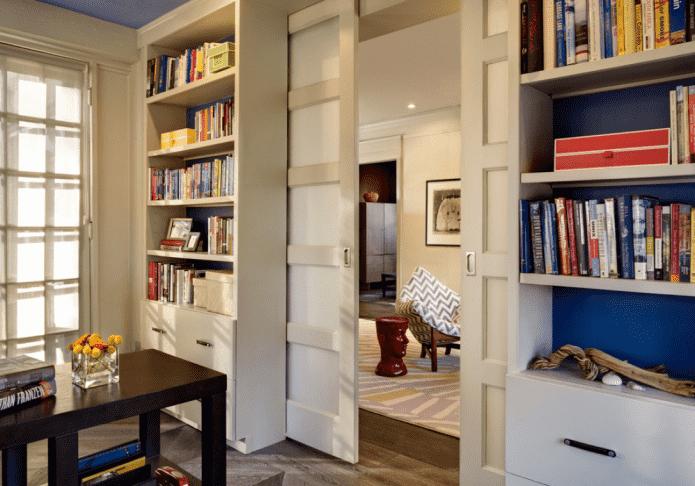 armoire avec une porte en forme de cloison à l'intérieur