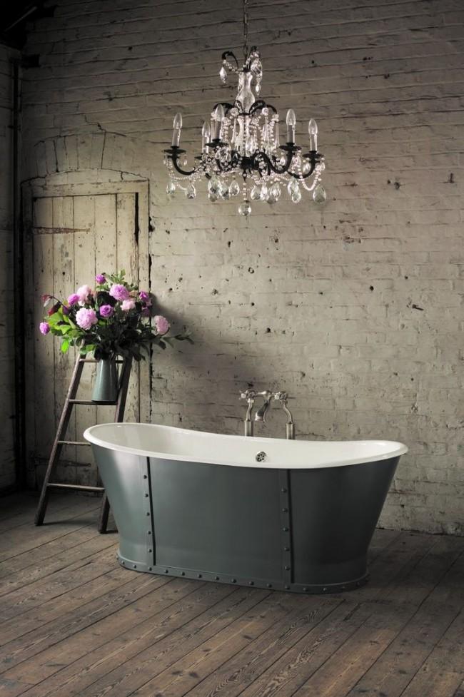 Baignoire luxueuse en fonte dans un intérieur élégant
