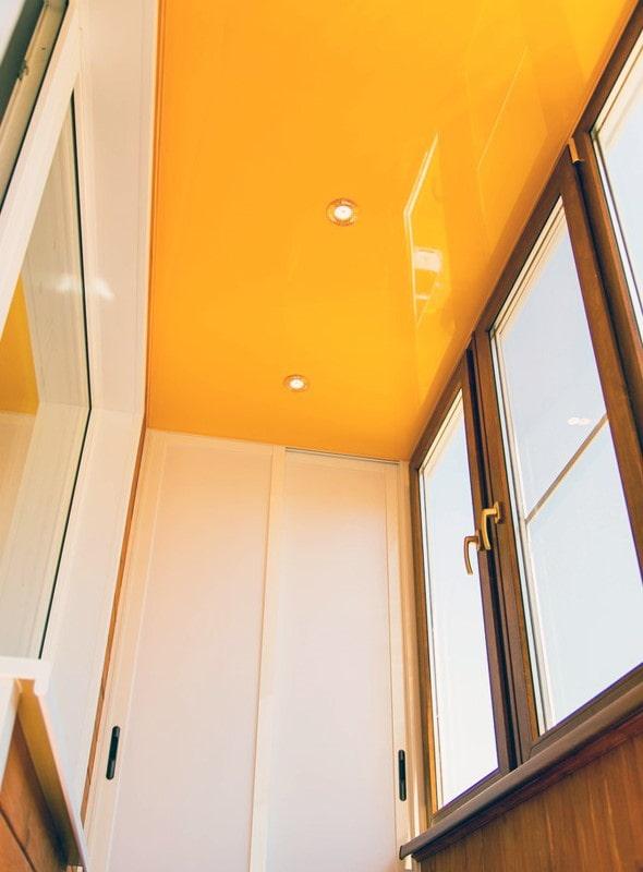 finition du plafond sur le balcon de l'appartement Khrouchtchev