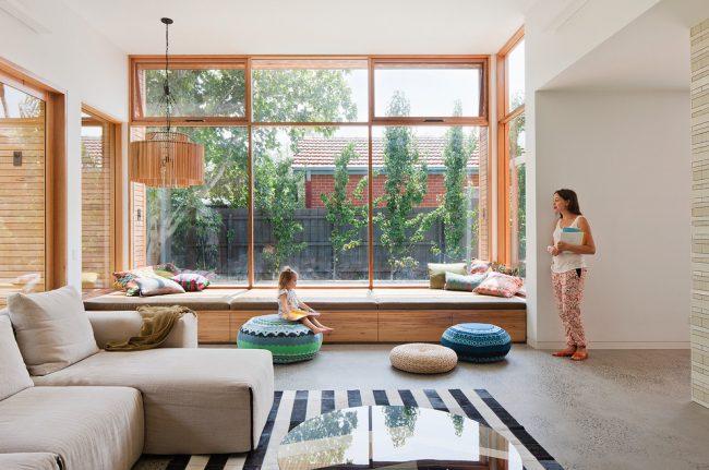 Le rebord de la fenêtre du canapé rendra votre pièce vraiment confortable