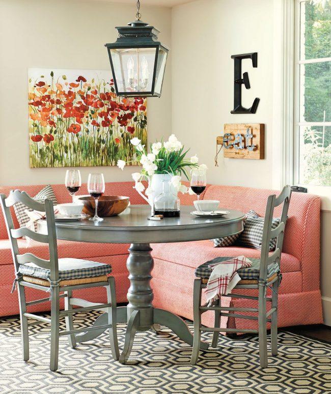 Petit canapé d'angle pour la cuisine de couleur rose tendre