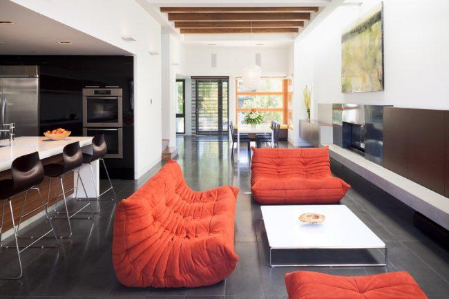 Canapés pliants rouges à l'intérieur d'un studio moderne