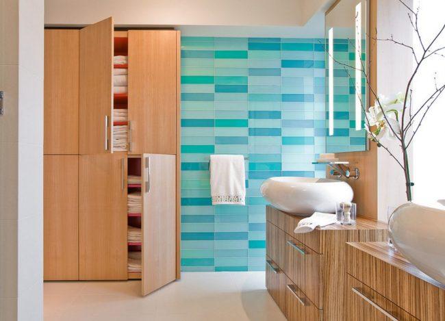 Carreaux de verre dans les tons de bleu dans la salle de bain