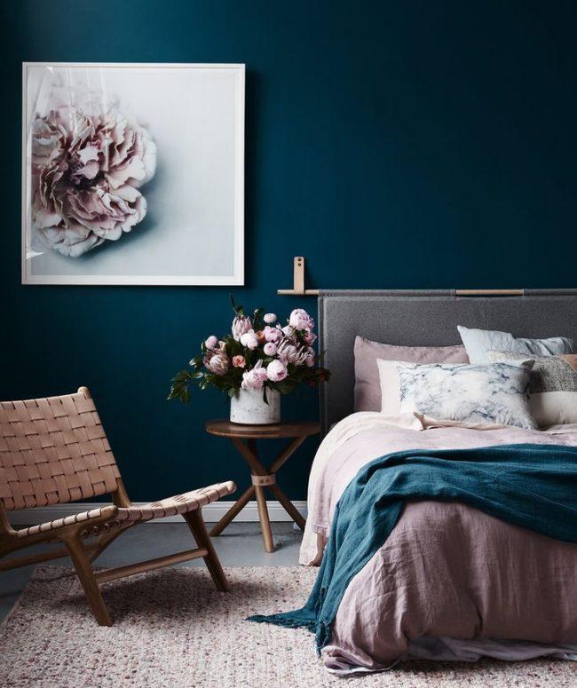 Décorer les murs de la chambre dans un luxueux bleu marine