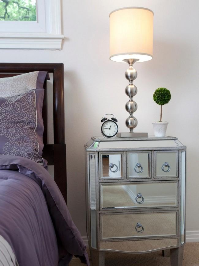 Populaire dans les styles transitionnels, table de chevet en miroir avec de nombreux tiroirs-compartiments