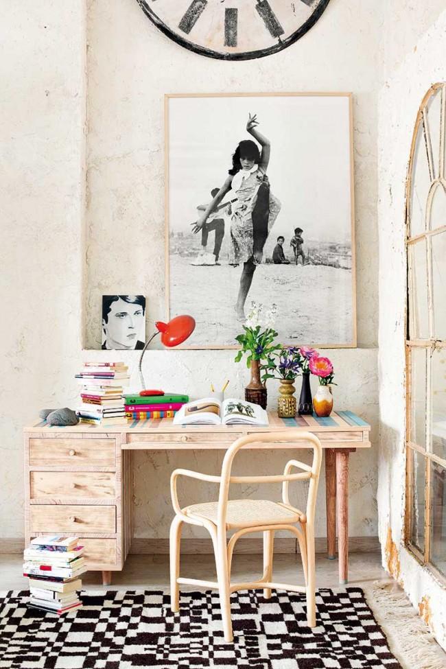 Une table à écrire en bois massif très soignée avec une chaise en bois naturel