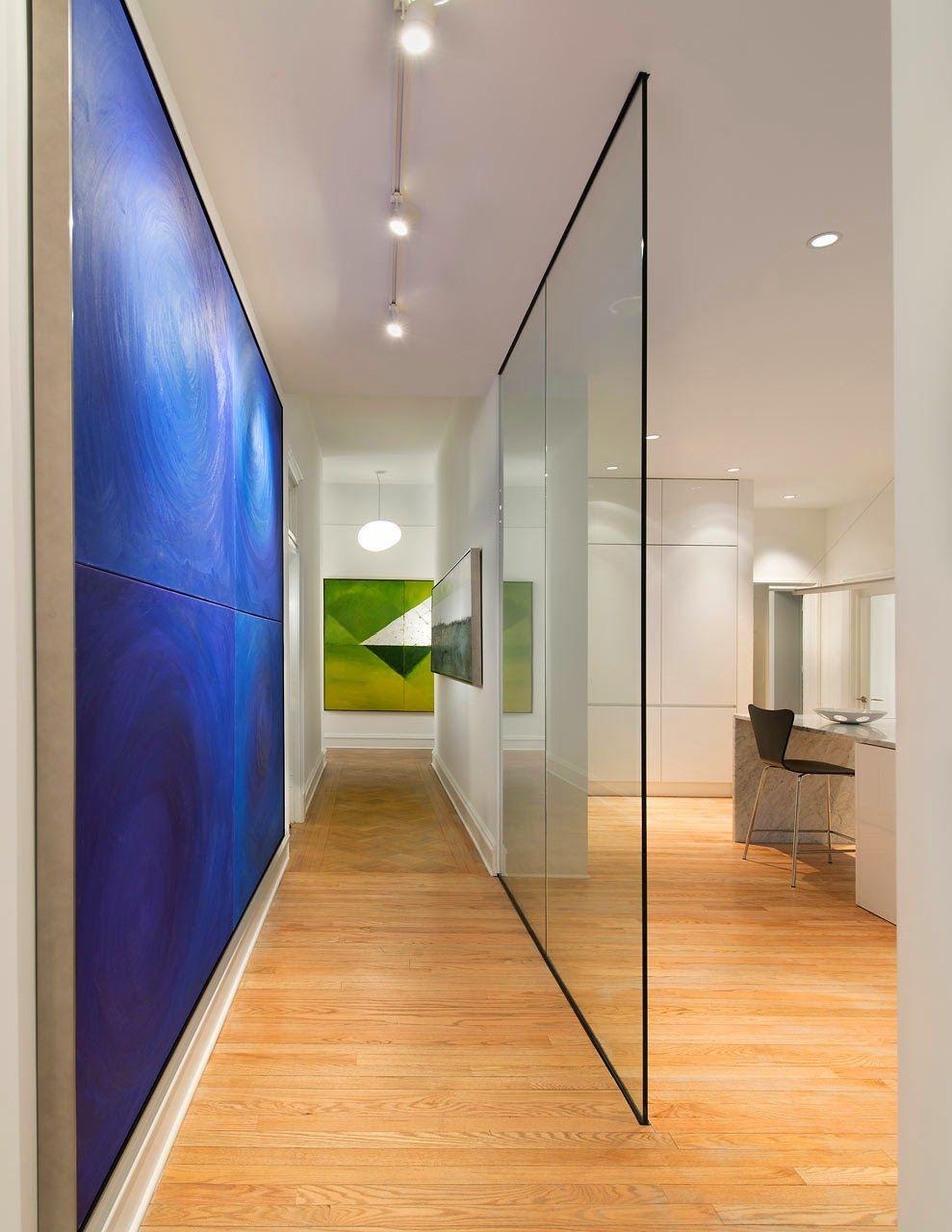 Une cloison en verre, contrairement à un mur ordinaire, laisse entrer la lumière du soleil à l'intérieur de la pièce
