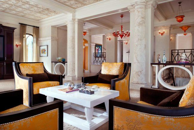 Style empire luxueux avec colonnes en pierre naturelle