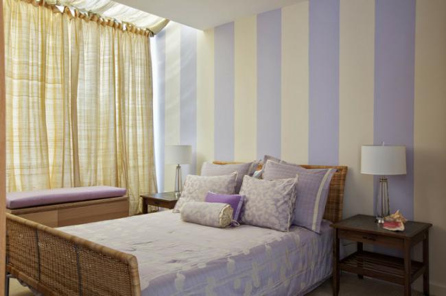 Chambre aux couleurs pastel avec une large rayure verticale sur les murs