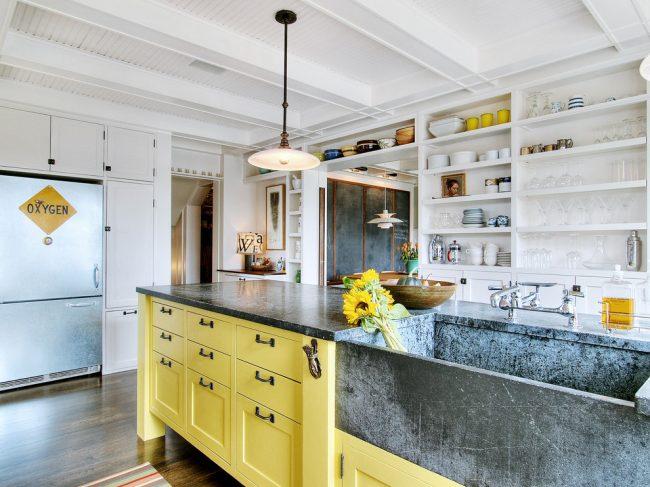 Évier profond dans la cuisine pour correspondre au comptoir