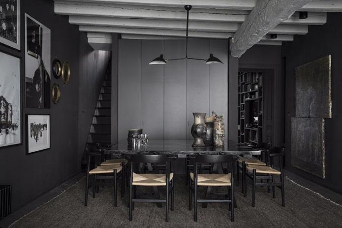 salle à manger noire dans la maison