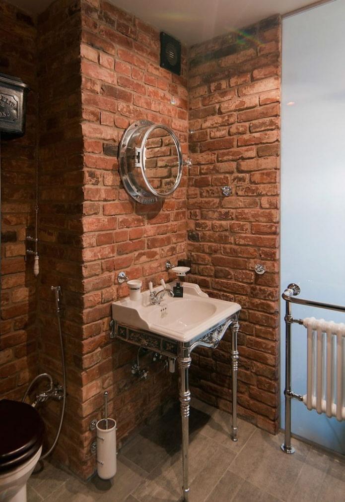 toilettes avec murs en briques