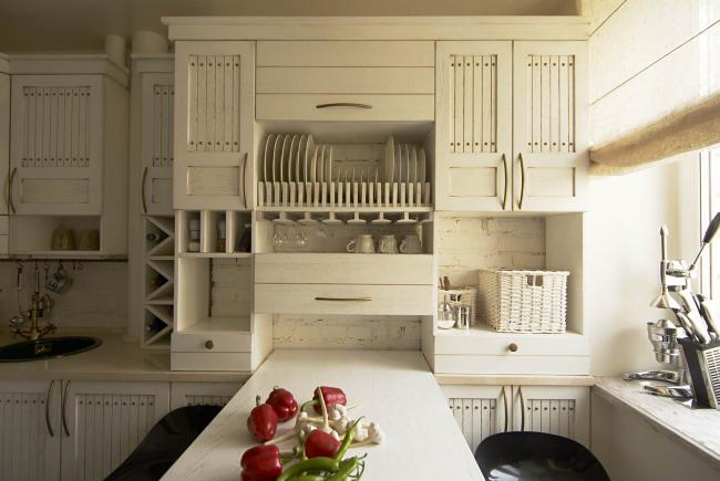 La cuisine légère en bois a l'air confortable et inhabituellement élégante