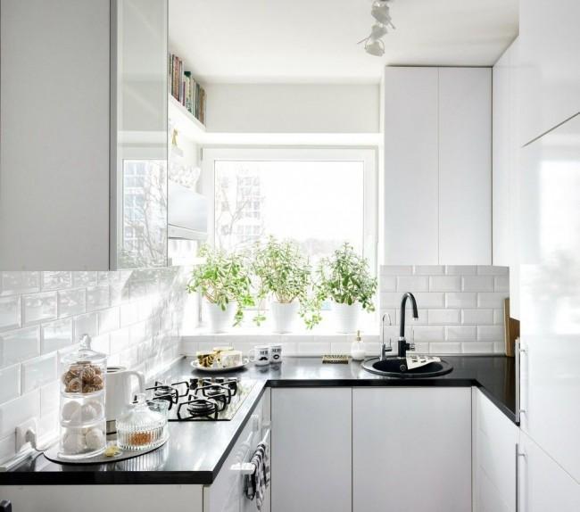 La couleur blanche joue toujours un plus dans une petite cuisine