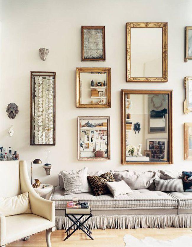 De petits miroirs dans des cadres photo créent une composition murale