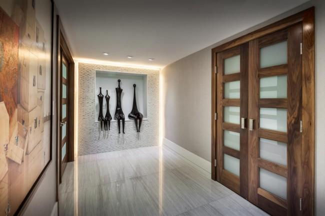 Un petit couloir original avec une niche dans le mur pour des figurines insolites