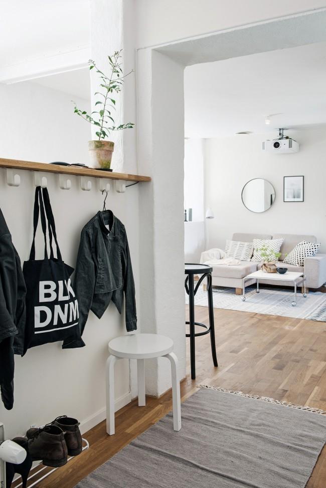 Un petit couloir à l'entrée rempli des choses les plus nécessaires : une étagère à chaussures, un cintre pour les vêtements d'extérieur et les sacs, ainsi qu'une petite chaise
