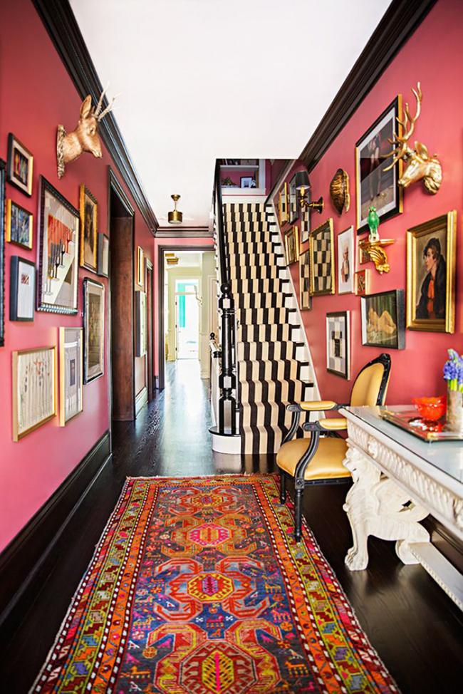 Une décision très audacieuse: des murs rose vif et des peintures colorées en combinaison avec un tapis ornemental inhabituel souligneront l'individualité du propriétaire