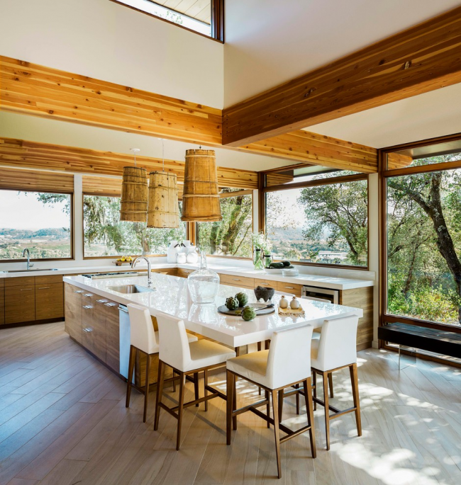 De grandes fenêtres remplissent la cuisine de lumière naturelle