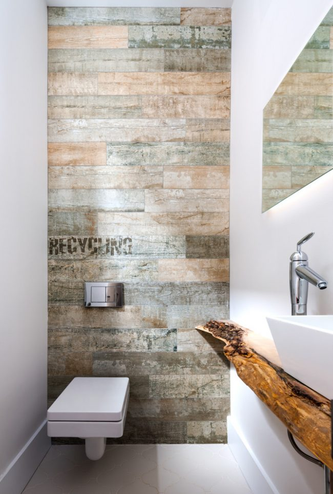 Petite toilette avec plan de travail en bois décoratif sous l'évier