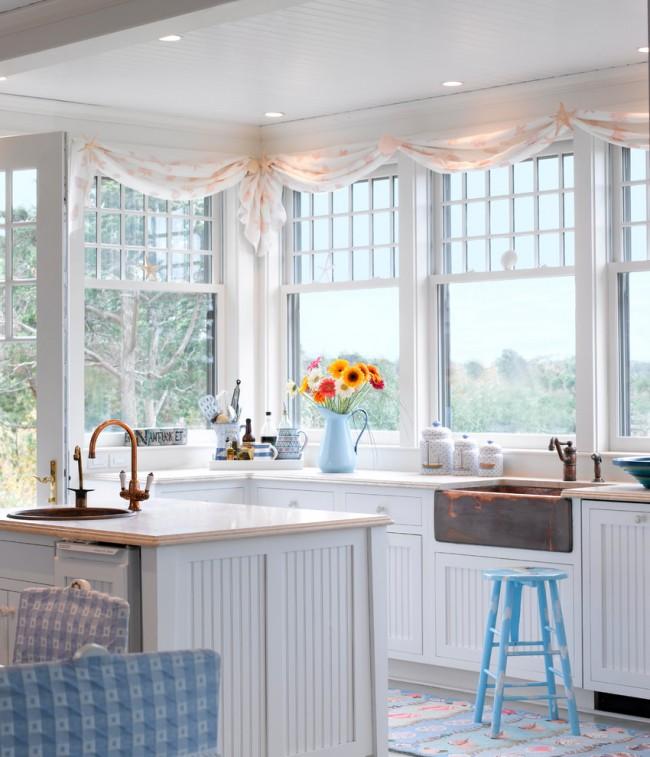 Rideau rose pâle clair dans la cuisine en baie vitrée
