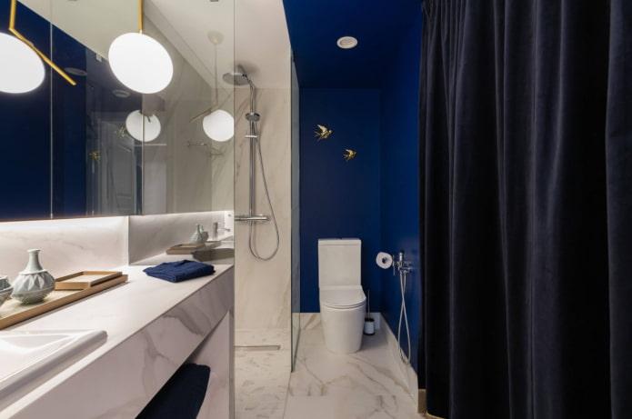 bleu dans la salle de bain