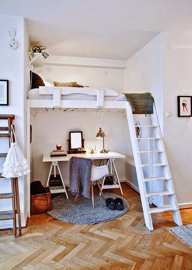 Une solution pratique et lumineuse - un espace enfants sur deux niveaux dans un renfoncement dans le mur