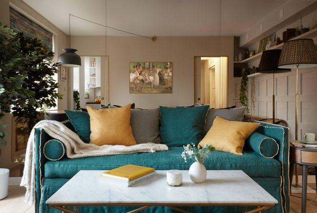 Avec le zonage compétent d'un appartement d'une pièce, il y a suffisamment d'espace et d'espace pour toutes les zones et tous les meubles nécessaires