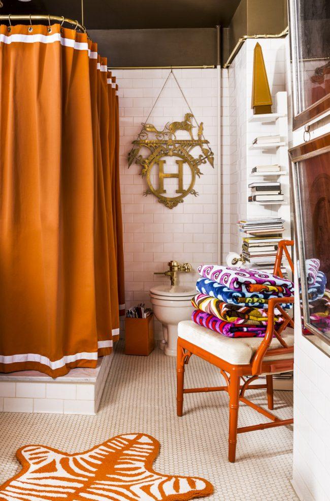 Grande combinaison d'accessoires en terre cuite et de plafond noir à l'intérieur de la salle de bain