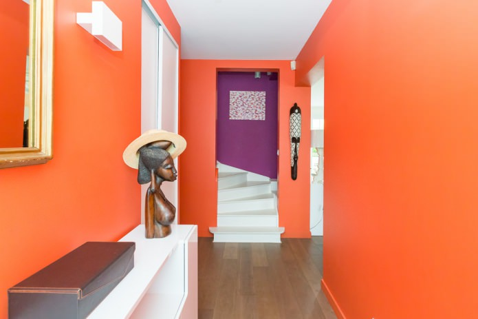 murs orange dans le couloir