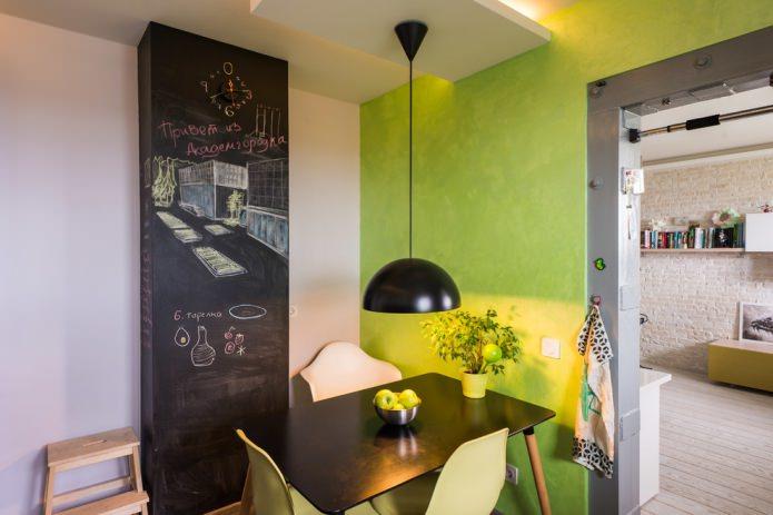 mur vert clair dans la cuisine