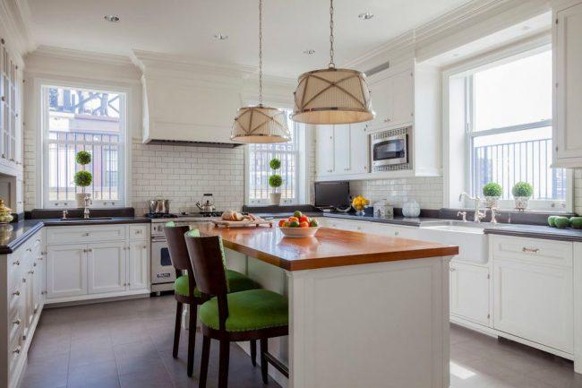 Carreaux de céramique grise au sol pour éviter l'uniformité.  Plateau noir pour espace de travail, plateau de table couleur bois naturel pour espace repas, chaises en bois avec revêtement textile vert, etc.  - des éléments lumineux dans un intérieur classique