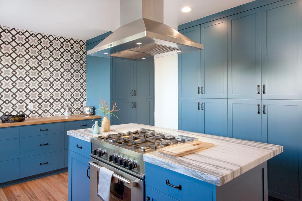 Grande cuisine avec des meubles bleus sourds