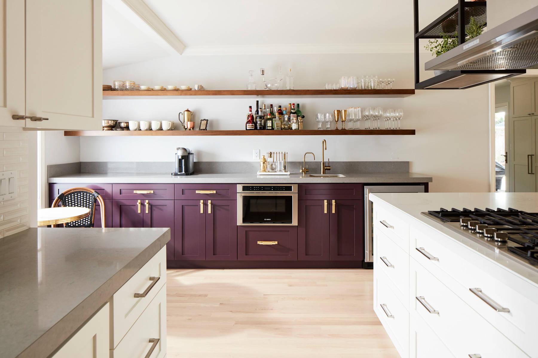 Cuisine spacieuse et lumineuse aux accents chaleureux d'aubergine ne vous laissera pas indifférent