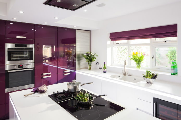 conception de cuisine dans des tons blancs et violets