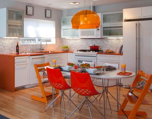 L'orange est largement utilisé dans la formation de l'intérieur de la cuisine - en particulier pour les panneaux et les petits accessoires.