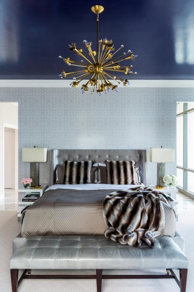 Beau plafond bleu dans une chambre classique