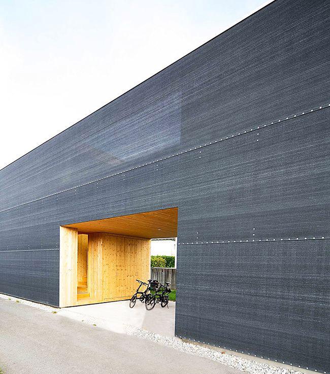 Un paravent en polyéthylène charbon orne la façade du bâtiment
