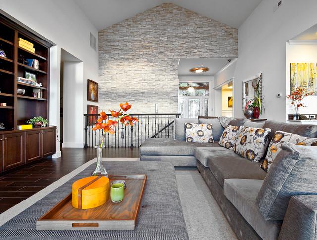 L'utilisation de pierre décorative à l'intérieur du salon d'un appartement sur deux niveaux