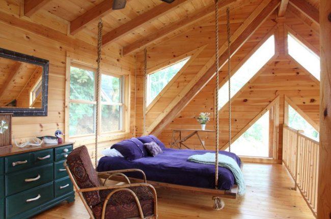 Un lit avec une tête de lit à la fenêtre est une solution hors norme qui peut radicalement transformer l'intérieur