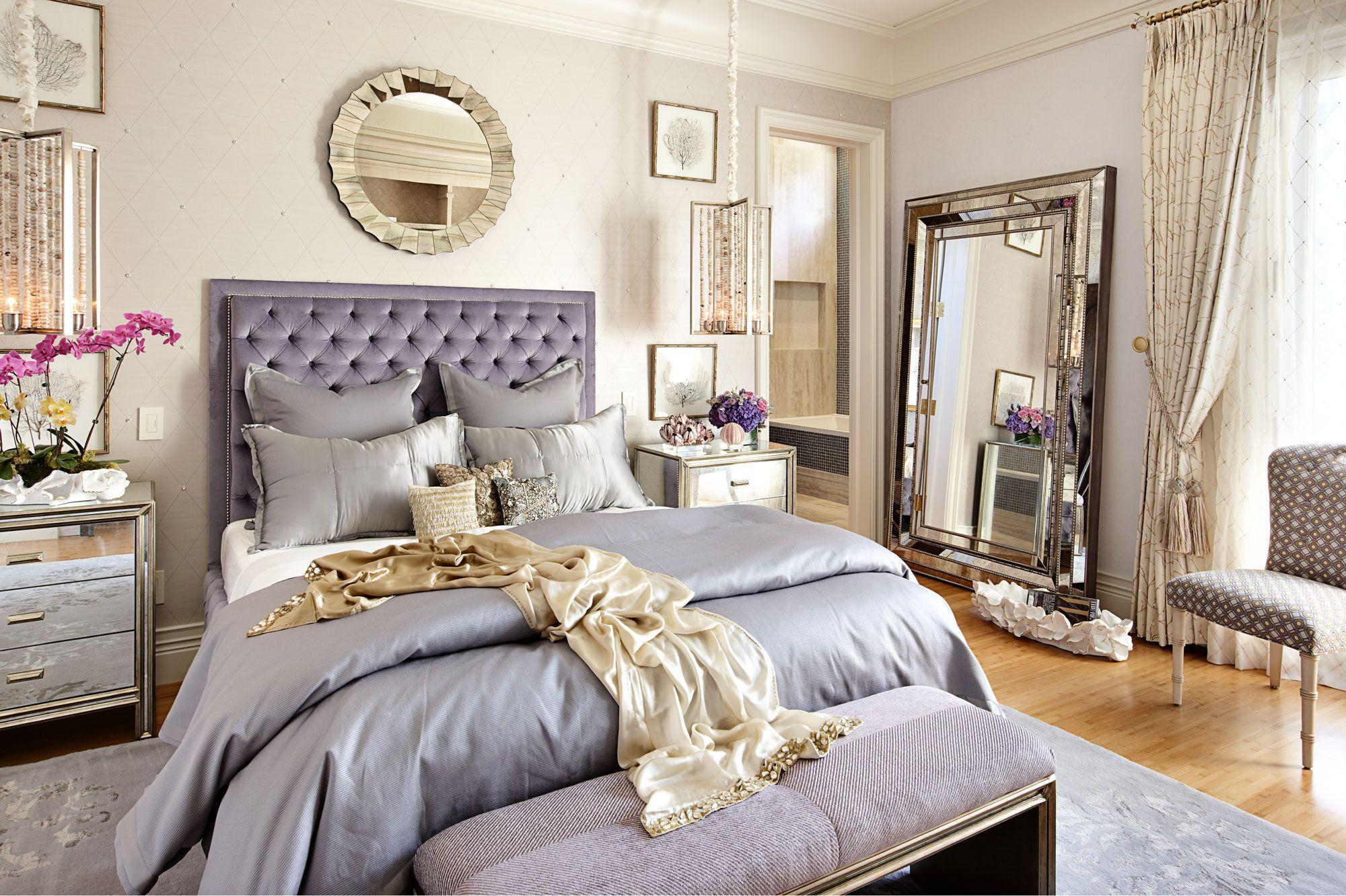 Ensemble de couchage dans la chambre, décoré dans un style classique moderne