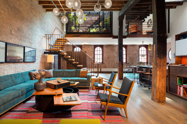 Escalier élégant à deux volées en bois dans un intérieur de style loft