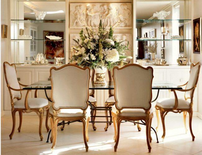 Étagères en verre au mur avec une finition miroir - une décoration luxueuse de la salle à manger