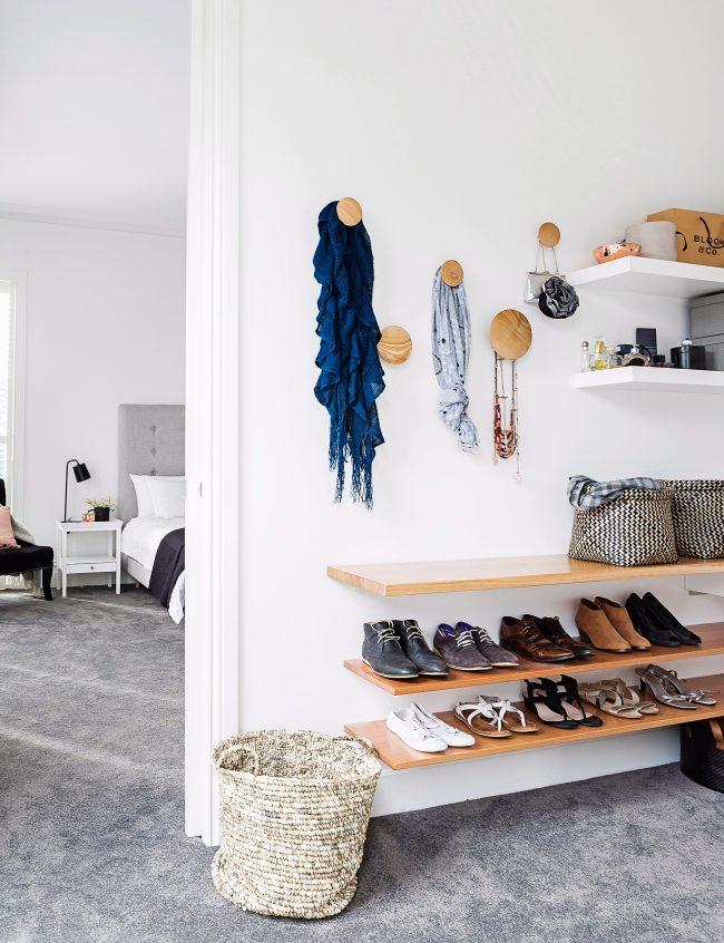 Hall d'entrée moderne de style minimaliste avec étagères ouvertes pour chaussures