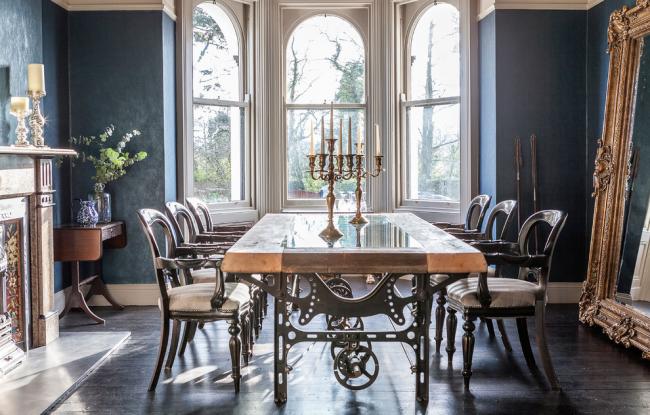 Conception de salle à manger avec des éléments de luxe et de technologie rétro