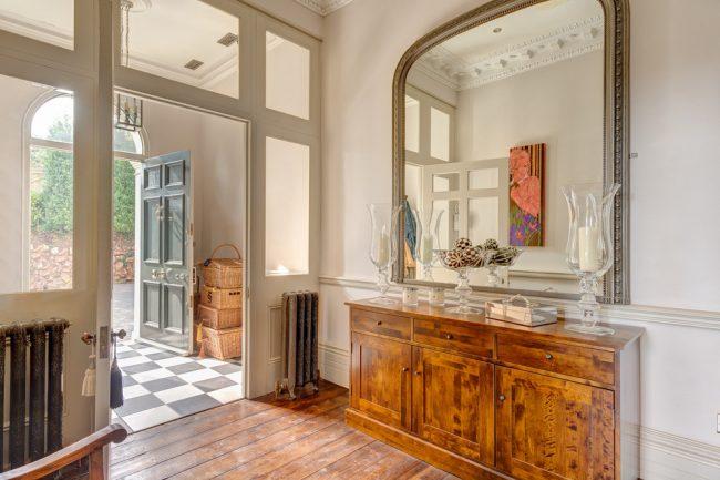 Grand miroir de style classique pour le couloir