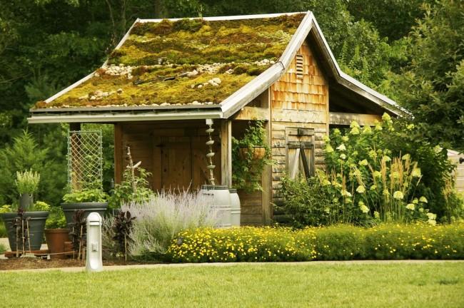 Une grange pour une résidence d'été peut devenir non seulement un lieu de stockage de tout le matériel nécessaire, mais également un bâtiment décoratif