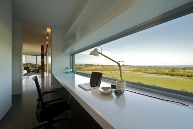 Conception de bureau à domicile : minimalisme absolu sur le lieu de travail avec une vue imprenable