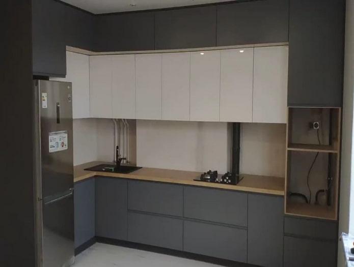 parquet clair dans une cuisine grise et blanche