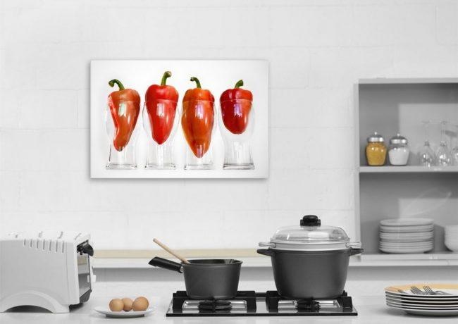 Une petite peinture avec des poivrons rouges est une option appropriée pour une cuisine légère